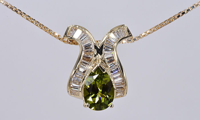 5.23 Ct Peridot with Diamonds Necklace. 14kt gold, size 45 cm. No reserve price.