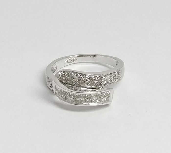 An 18k Certified Diamond Ring with 0.96 cts total