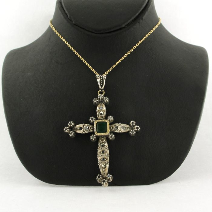 Necklace with Pendant - Gold, Silver - No indication of treatments - 0.05 ct - Diamond and Emerald