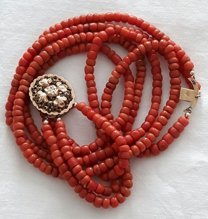 100% genuine red coral. 3 strands with a 14 kt gold regional Zeeland clasp, ca. 1900–1930