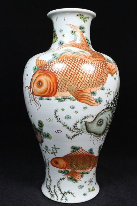 Porcelain gilded vase decorated with fishes - China - late 20th / 21st C