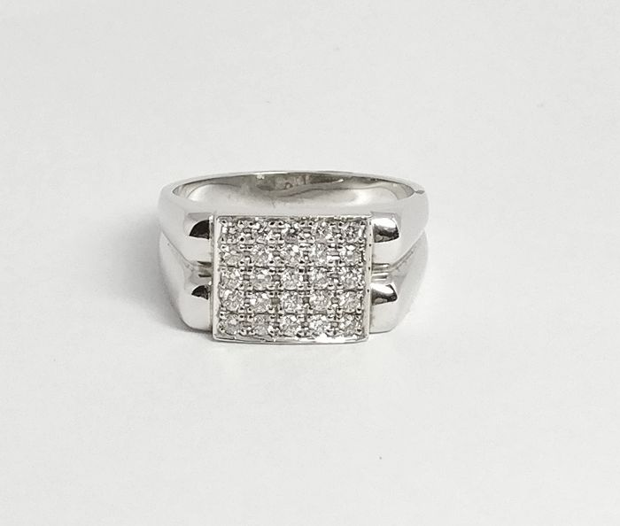 An 18k Certified Diamond Ring with 0.52 cts total