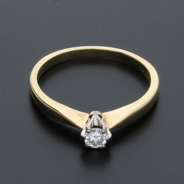 14 kt - Yellow gold solitaire ring set with 1 brilliant cut diamond of approx. 0.14 ct in total in a white gold setting - Ring size: 17 mm - No reserve