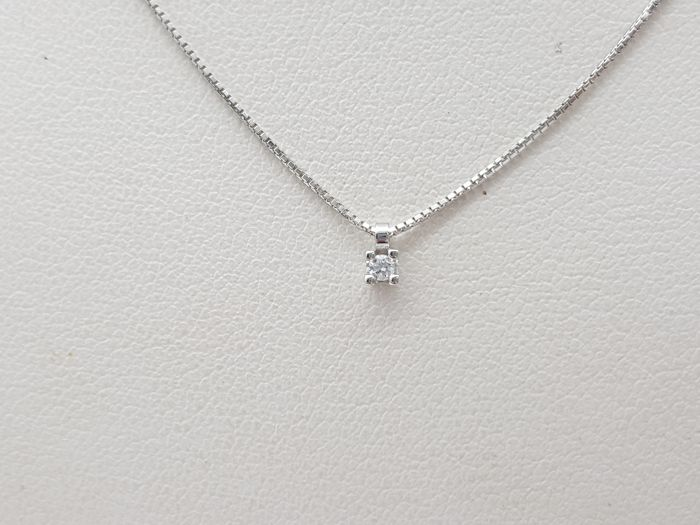 Chain with solitaire pendant in 18 kt gold with 1 brilliant cut diamond of approx. 0.05 ct F-G colour VVS - dimensions of pendant 0.2 cm x 0.2 cm