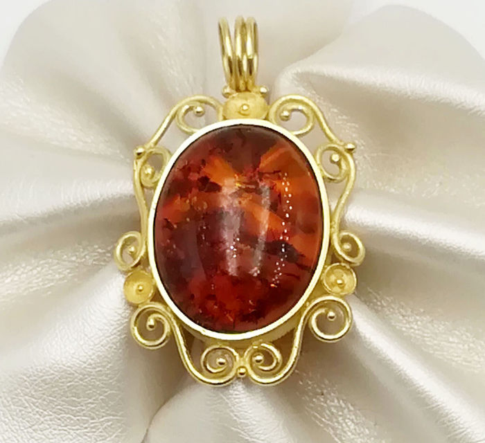 18 kt yellow gold pendant with oval cut amber, size: 17.46 x 22.38, length: 3.50 cm, total weight: 8.41 g