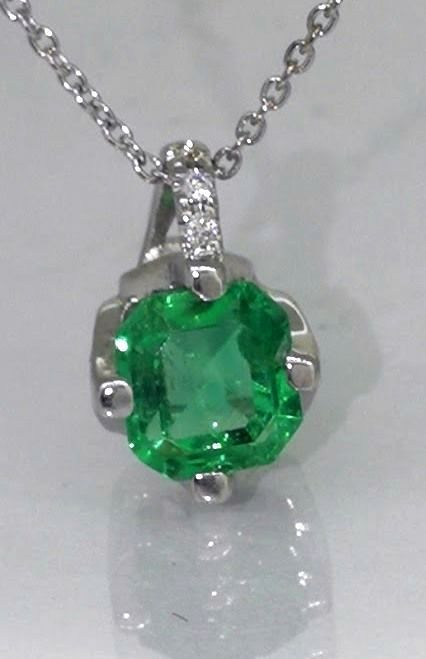 14k white gold pendant with emerald of 0,44ct & 3 brilliant cut diamonds. Including 14k gold chain (42cm long). No reserve price