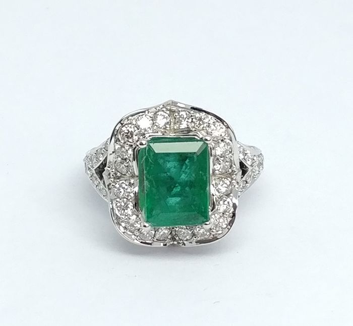 Ring - White gold - Commonly treated - 4.17 ct - Emerald and Diamond