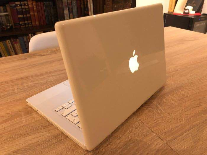 Apple MacBook 2.1 white with power supply