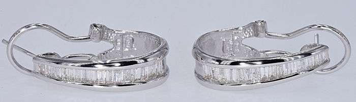1.24 Ct Diamond earrings. 14kt gold, size 22x6.2 mm. No reserve price.