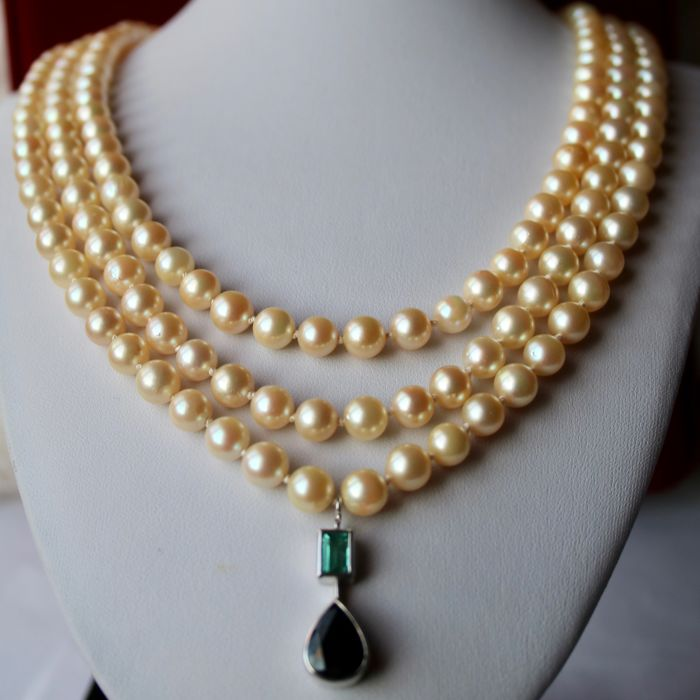 Necklace - 3 row ca. 7-7.5 mm Akoya pearls, Sapphire 4.79 ct and Emerald of 0.92 ct