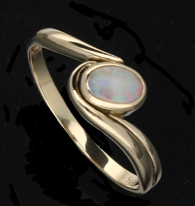 14 kt - Yellow gold women's ring set with an opal of approx. 0.4 mm - Ring size: 18.5 mm