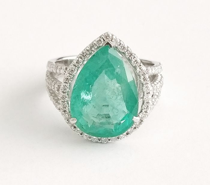 An 18k Emerald and Diamond Ring with 7.99 cts total