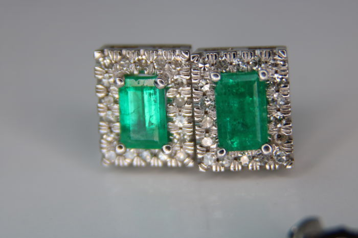 Columbian natural Emerald and brilliant AIG Certif, Earrings - White gold - Emerald and F-G/VS-SI  diamonds, total 1.61Ct