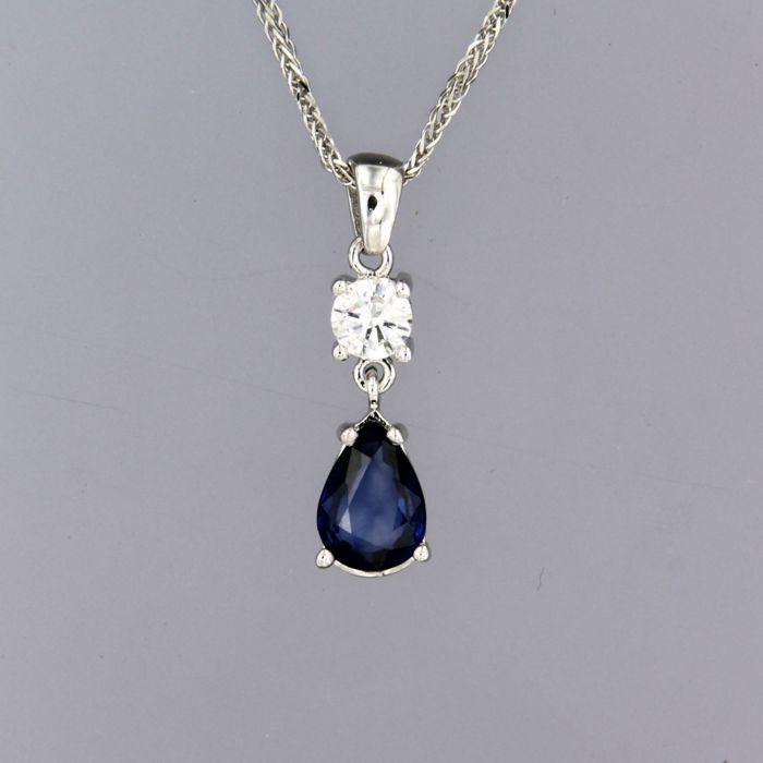 - no reserve - 14 kt white gold necklace with a pear-shaped sapphire and brilliant-cut diamond - necklace length 45 cm long