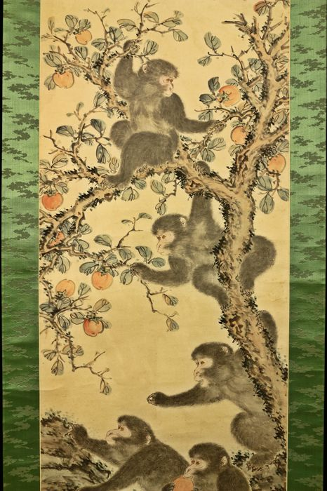 """Hand painted hanging scroll - Signed Sanjin Giga""""山人戯画  and with seal 'Nagayoshi' 永義 - """"Monkeys and persimmon tree"""" - Japan - 1944 (Showa 19 甲申)"""