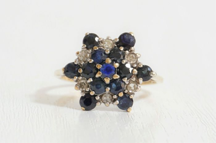 9ct Gold Ring Set with 1.5ct of Sapphire & 0.3ct of Diamond, London 1978.