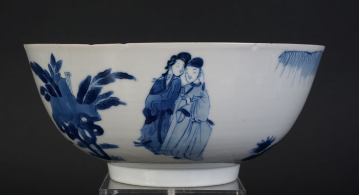 Blue-and-white porcelain plate decorated with ladies-in-waiting - China - 17th century (Kangxi period)