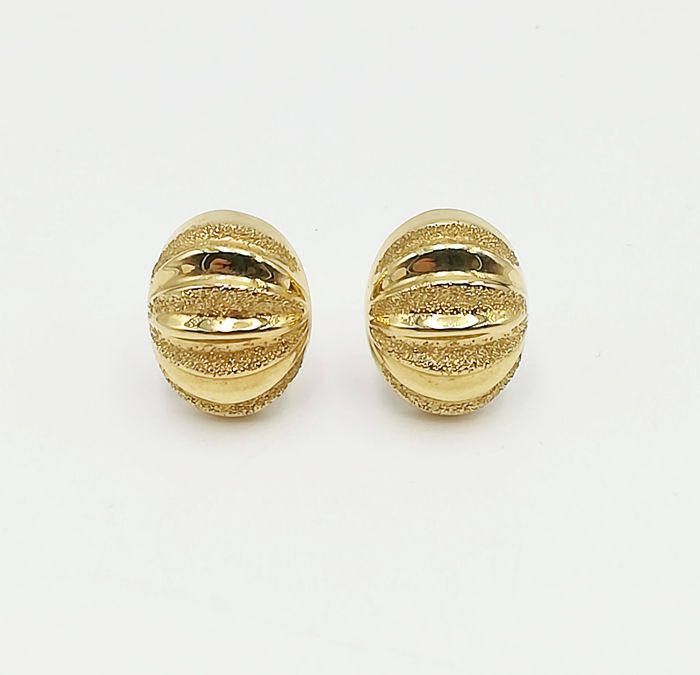 18 kt yellow gold earrings, clip model with speckled finish, length 1 cm, weight  7.74 g