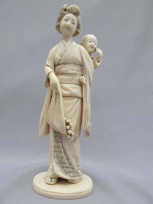 Excellent carved and signed ivory okimono ''Bijin and Child'' - Japan - ca 1900 (Meiji period)