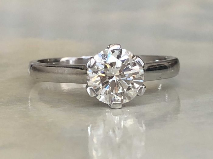 Magnificent 18 kt white-gold ladies' solitaire ring with brilliant-cut diamond of approx. 1.30 ct, J/K/SI2
