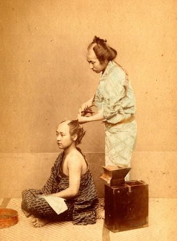 Attributed to the workshop of Felice Beato in Yokohama - The traditional hair cutting