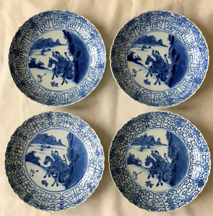 A rare set of 4 large deep blue and white plate hunting scene, Chenghua mark - China - Kangxi, Qing Dynastie, 17th century 1662-1722