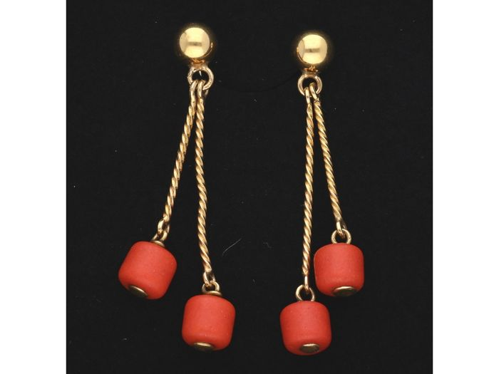 14 kt Yellow-gold earrings, each with 2 cabochon-cut pieces of precious coral - length x width: 44 mm x 10 mm - NO RESERVE