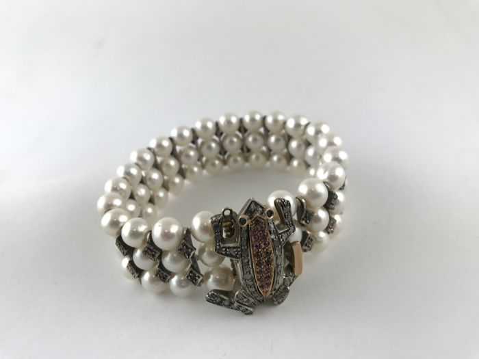 Bracelet in gold and silver with pearls and frog-shaped clasp