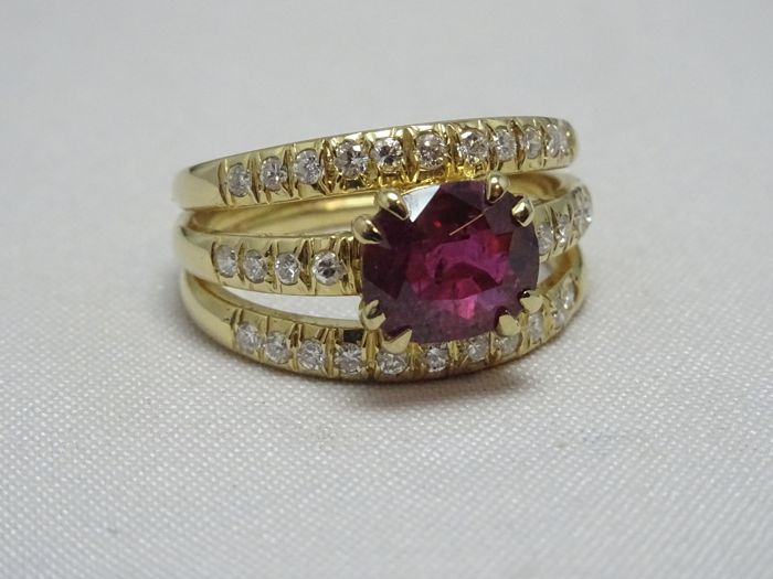 18 kt yellow gold ring with 1.40 ct ruby and 0.55 ct diamonds, size 52