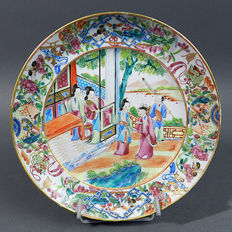 Canton porcelain plate with rich decoration of a court scene - China - mid 19th century