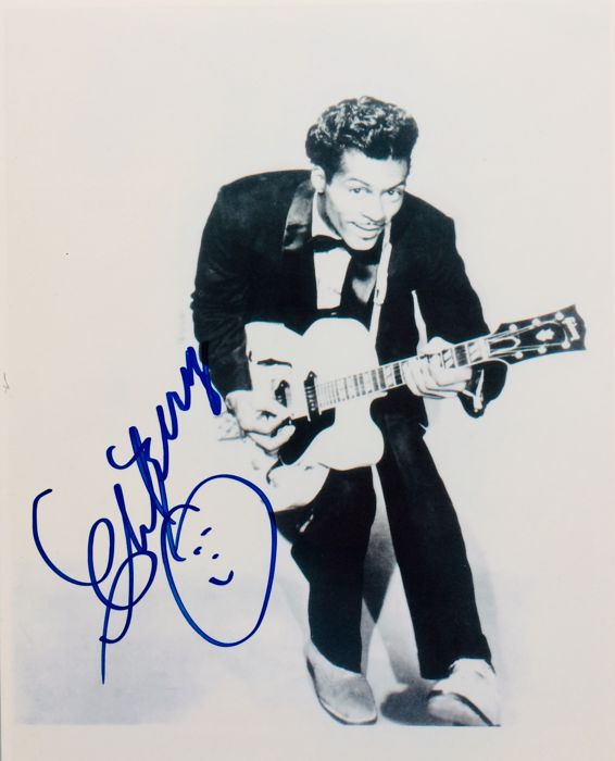 Chuck Berry - Authentic & Original Signed Autograph in Amazing Photo ( 20 x 25 cm ) - With Certificate of Authenticity