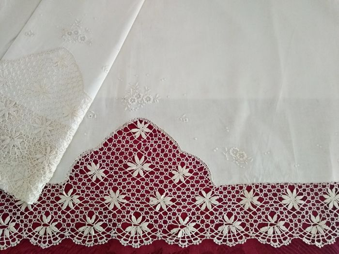 Thread and bobbin lace bed set, embroidery - Fine linen and lace.