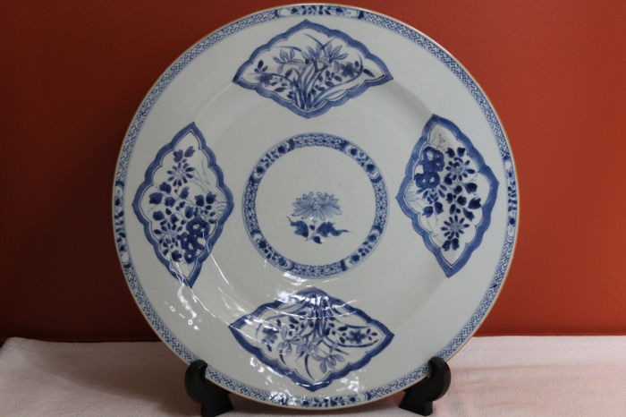 a Large 40cm blue and white porcelain charger - China - 18th C