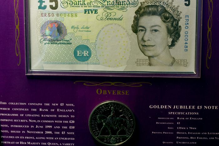 Royaume-Uni - Banknote & Crown + 5 Pounds coin Elizabeth II