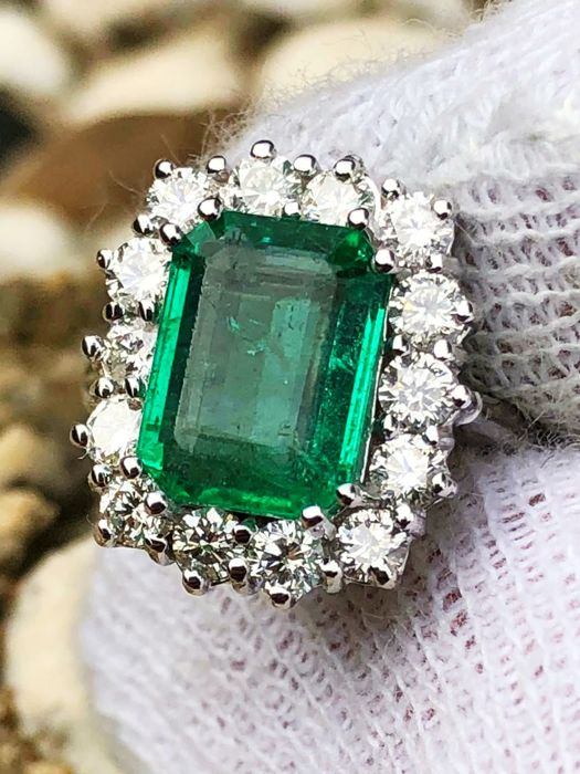 18 kt gold cocktail ring with 3.5 ct emerald (VS) and diamonds totalling 0.80 ct (VVS, E/D) - No reserve