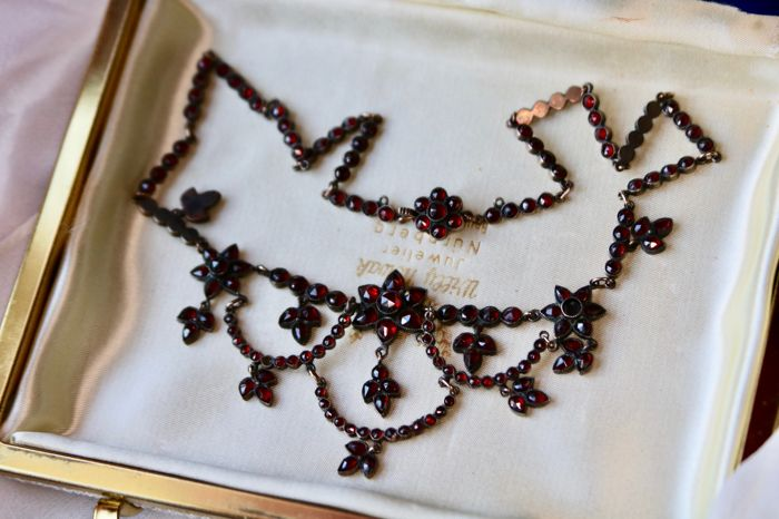 Circa 1880 l Antique necklace full set with antique roos and pear faceted Bohemian Garnets approx. 8.079Ct.