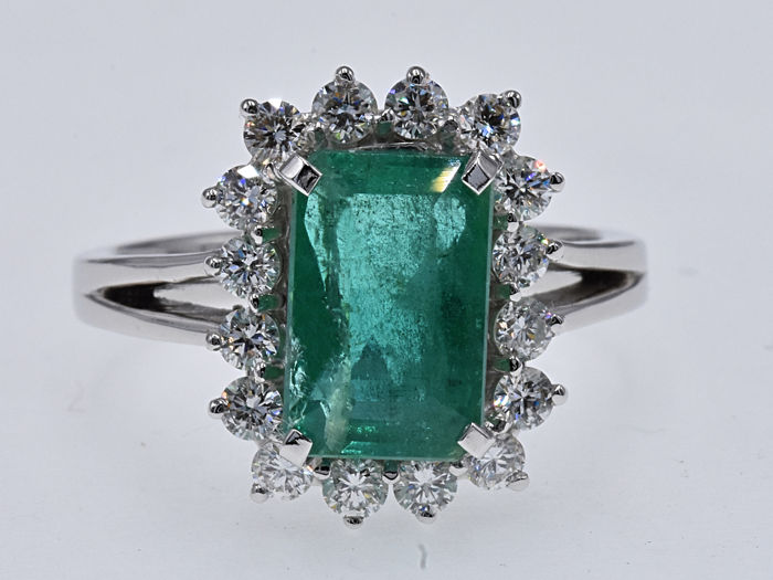 3.82 Ct Emerald with Diamonds ring. 18kt gold, size 14.5 adjustable. No reserve price.