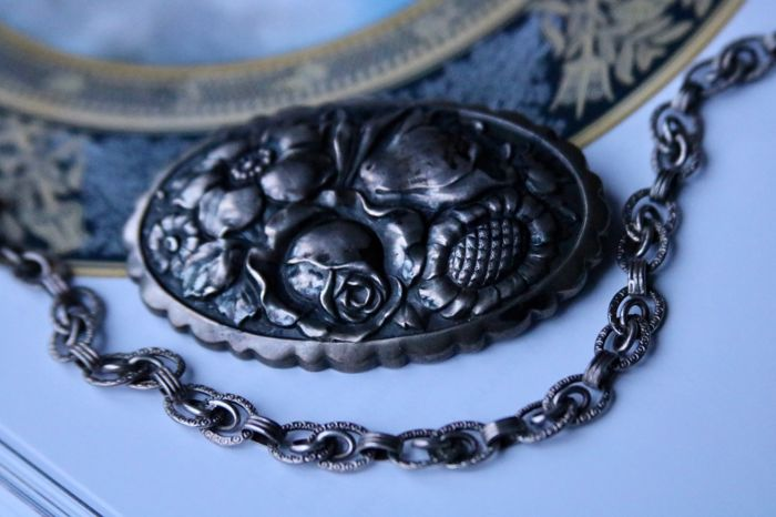 "Set of handcrafted antique floral brooche (6.3cm) and bracelet (18.5cm)in silver signed by ""FG"" & ""TH"" **No reserve**"