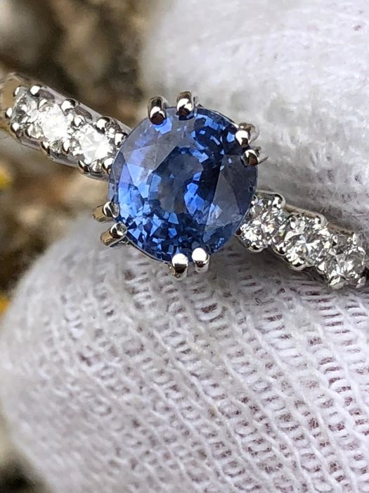 Very fine eternity ring with 1.18 ct central sapphire, VVS and diamonds for 0.40 ct, VVS/F - 18 kt gold ***No reserve***
