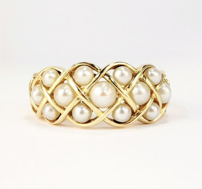 18 kt gold ring of 3.8 g set with pearls