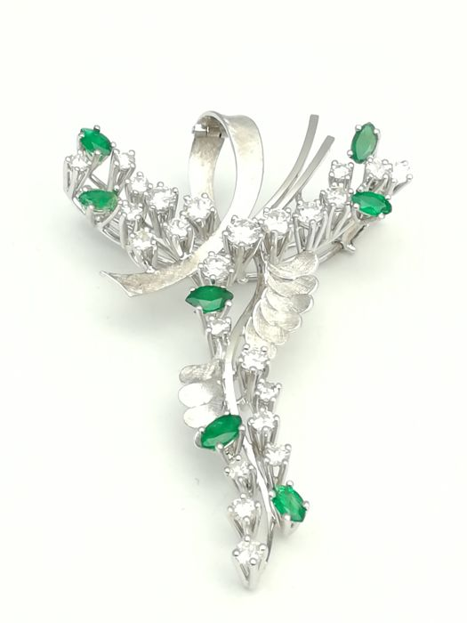 18 kt white gold pendant and brooch with 24 brilliant cut diamonds totalling 1.90 ct and 7 marquise cut emeralds totalling 1 ct