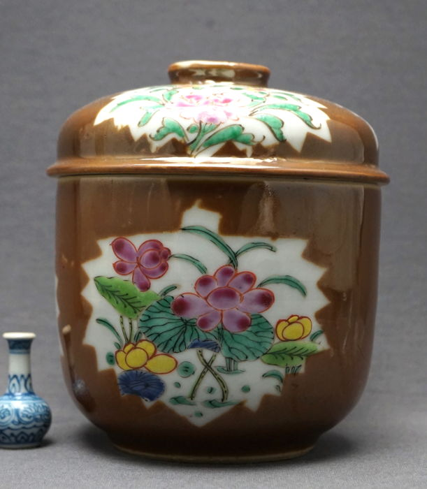 "Large ""Famille rose"" field-pea coloured jar with lid - China - 18th century"