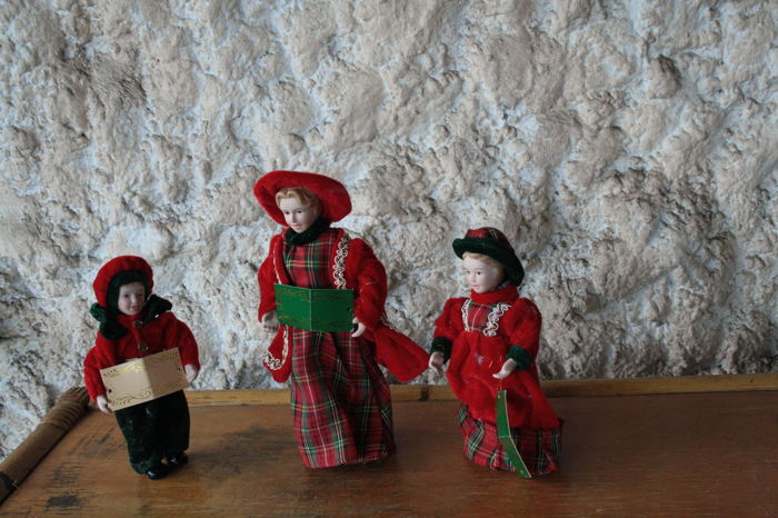 Christmas choir with porselinen faces - porcelain - velvet