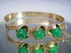 Signed designer bangle with polished green agate beads of 12 ct