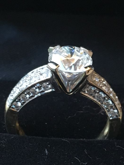 Beautiful diamond ring, main stone 1.99 ct; in the shank 36 smaller diamonds of 0.67 t, ring size 52