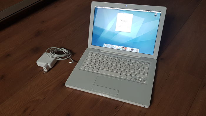 Apple Macbook White (A1181) - 13''inch, 1.83hz INTEL Dual Core, 2GB Ram, 120 GB HD, Good Battery life, only 37 Cycli