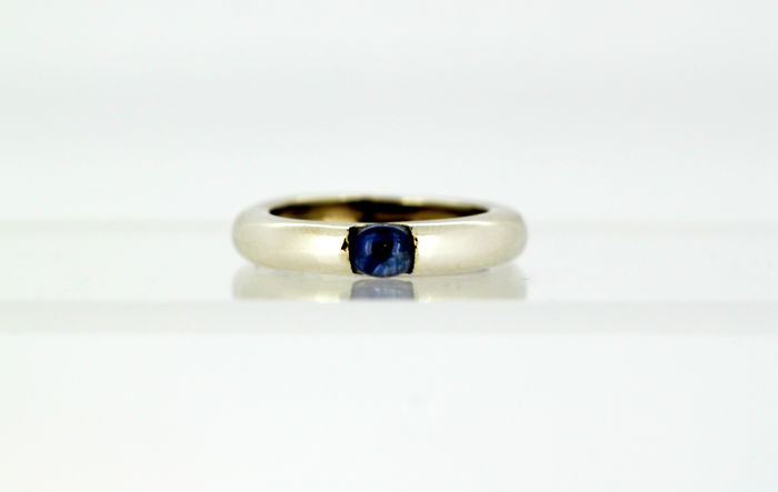 Vintage 18k white gold unisex ring band with blue sapphire (0.33 ct), Circa 1970's