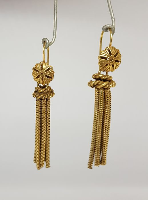 Pair of antique earrings (Italy, 1920s), in yellow gold, with long twisting pendants