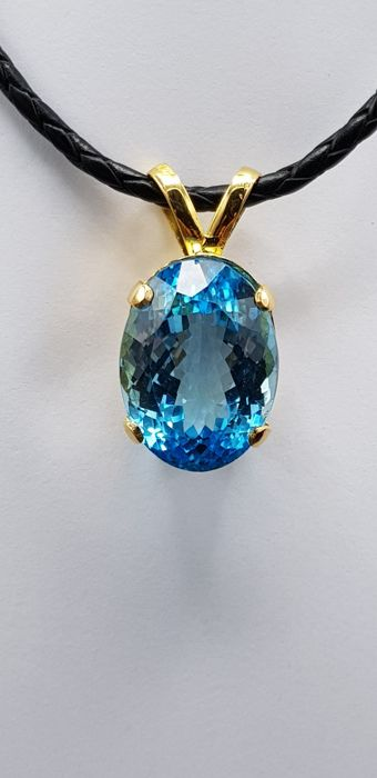 Pendant in 22 carat gold with 36.5 ct of blue topaz - hand made - pendant size: size : 3.5 x 1.7 x 1.3 cm aprox