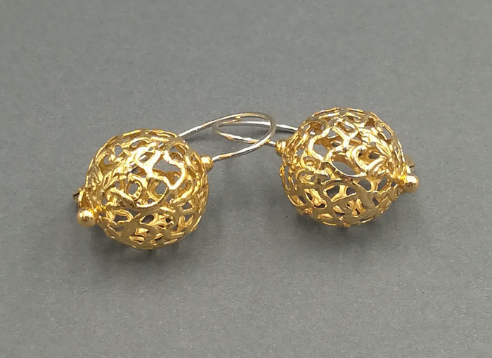 Women's dangle earrings in 18 kt yellow gold with tooled sphere - Length:  300 cm - Sphere diameter: 1.50 cm - Total weight:  7.66 g